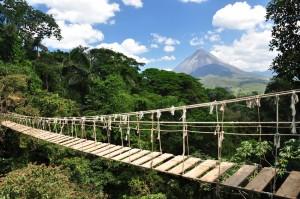 Brücke im Regenwald Costa Ricas