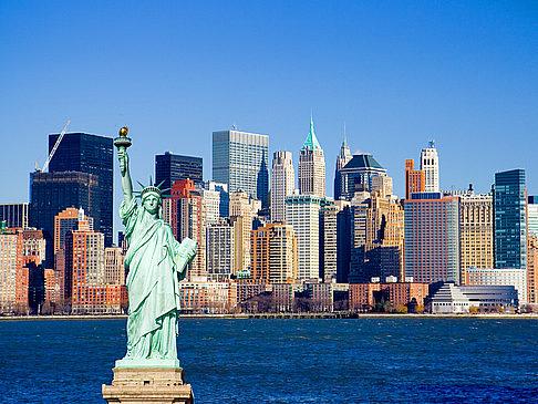 Blick auf New Yorker Skyline mit Freiheitsstatue